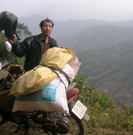 Lương Y Phạm Văn Thanh trong một chuyến đi tìm thuốc