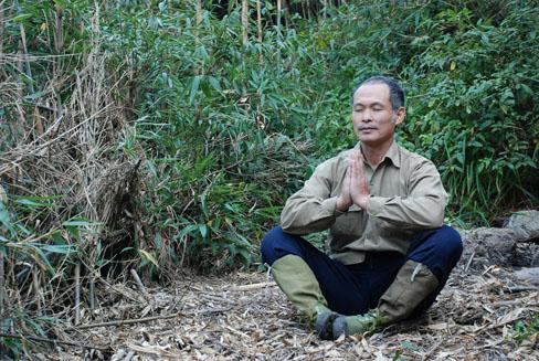 Ông Lâm mặc phong phanh, ngồi thiền trong cái lạnh độ âm