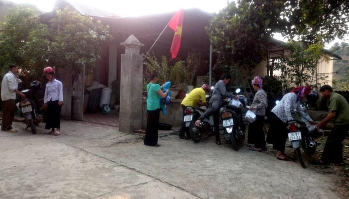 Bệnh nhân trong vùng đến lấy thuốc của lương y Minh