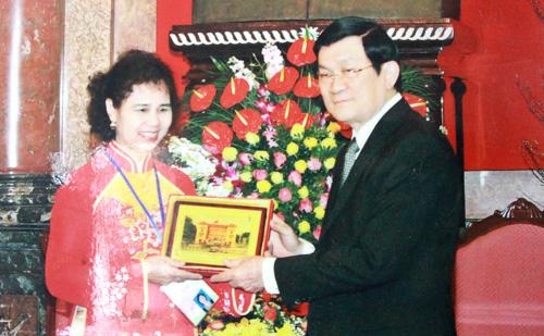 Lương y Nguyễn Quý Thanh - giám đốc Trung tâm phát triển y học cổ truyền Việt Thanh (bên trái, được chủ tịch nước Trương Tấn Sang tặng quà lưu niệm), đã mất nhiều năm nghiên cứu những thảo dược quý trị bệnh gan của người Dao.