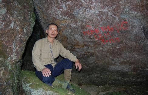 Ông Trần Ngọc Lâm sống trong hang đá trên đỉnh Fansipan