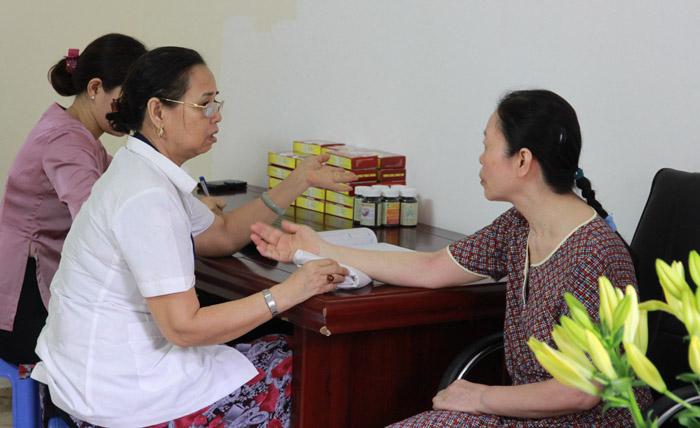 Bệnh nhân xếp hàng rất đông để được Lương y Nguyễn Quý Thanh khám bệnh, cấp thuốc trị tai biến